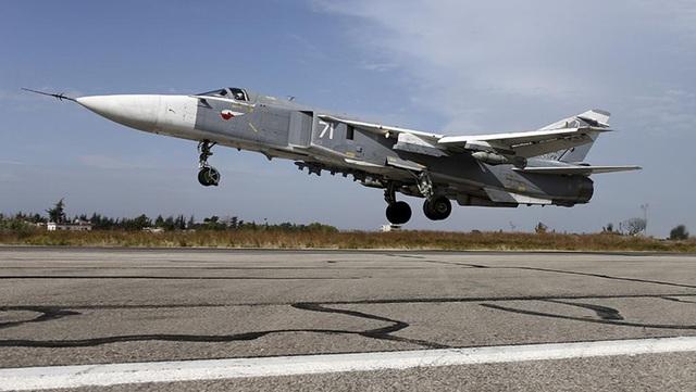 Su-24 là máy bay siêu âm, 2 động cơ, có thể tấn công trong mọi loại thời tiết. Máy bay có 2 chỗ ngồi dành cho 1 phi công và 1 sĩ quan điều khiển hệ thống vũ khí. Su-24 có khả năng mang 8,8 tấn tên lửa không đối không và không đối đất. Vũ khí chính của Su-24 là súng 23mm GSh-23 với 500 viên đạn. Kể từ khi ra đời vào năm 1967, Nga đã cải tiến Su-24 nhiều lần với những nâng cấp với hệ thống màn hình đa năng tiên tiến và khả năng tích hợp vũ khí dẫn đường. (Ảnh: Reuters)