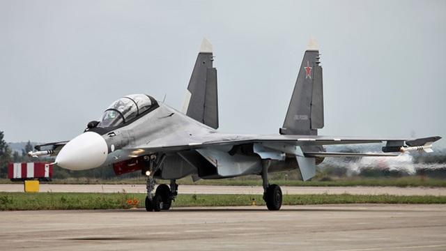 Su-30, được NATO gọi là Flanker-C, là máy bay chiến đấu đa năng 2 động cơ có tính cơ động cao. Su-30 được coi là đối thủ trực tiếp của máy bay chiến đấu F-15E Strike Eagle của Mỹ. Su-30 có tầm xa 2.993km, và có thể tăng lên nếu được tiếp nhiên liệu giữa chừng từ máy bay II-78. Su-30 có thể chở 8,8 tấn vũ khí và tốc độ tối đa là 2.470km/h. (Ảnh: Reuters)
