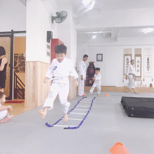 Hà Hồ đăng ảnh con trai Subeo hào hứng học võ và tham gia thi cùng bạn bè, cô viết: Sau những giờ học kỹ năng tự vệ bộ môn đến từ nước Nhật thì cậu giờ như khỉ, lăn, lộn nhào, nhảy, tự gồng mình khi lỡ té.. thì sau tất cả tự ăn và ngủ say.