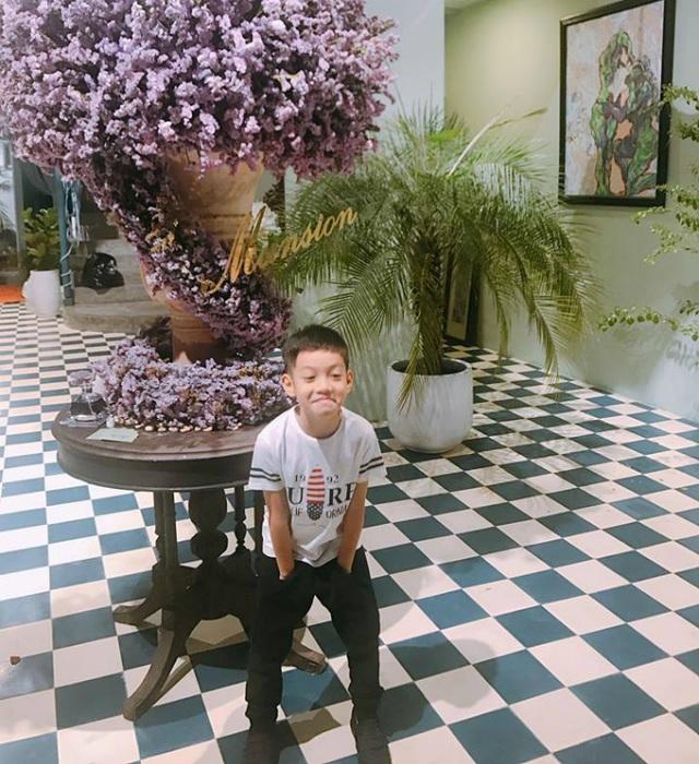 """Subeo được mẹ Hà dẫn cửa hàng hoa để chuẩn bị cho ngày sinh nhật sắp tới. Hà Hồ chia sẻ: """"Cậu ghé qua công ty của mẹ để đặt tiệc sinh nhật sắp tới của cậu. Yêu cầu nhức cả đầu!"""""""