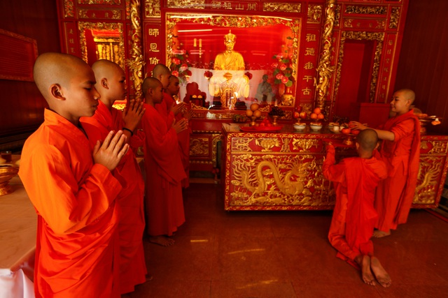 Các nhà sư cầu nguyện trong một ngôi đền nhân dịp năm mới ở khu phố của người Trung Quốc tại thủ đô Bangkok, Thái Lan (Ảnh: Reuters)