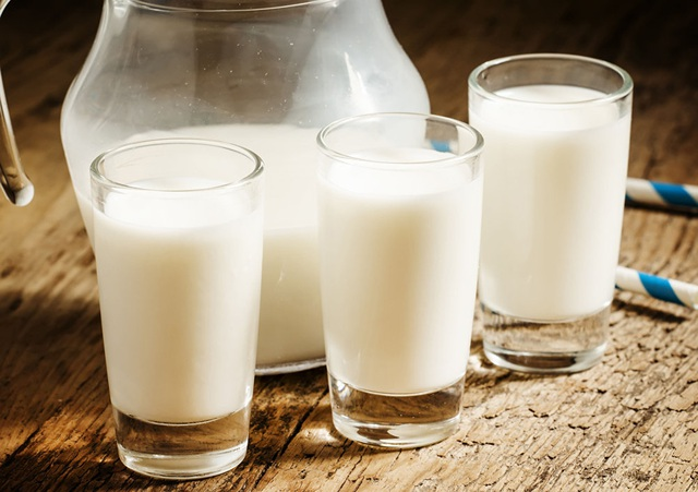 Thêm sữa vào  món cháo buổi sáng hoặc món ngũ cốc tổng hợp — sẽ có một bữa ăn giàu riboflavin, hỗ trợ hệ thống sinh sản nữ.