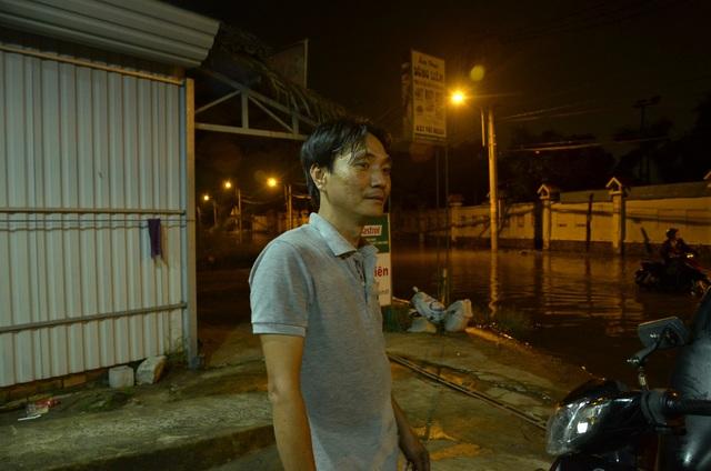 Sau khoảng 4 tiếng làm việc liên tục, thấm mệt nhưng anh Trung cho biết rất vui vì việc làm của mình và anh em đã giúp đỡ được nhiều người.