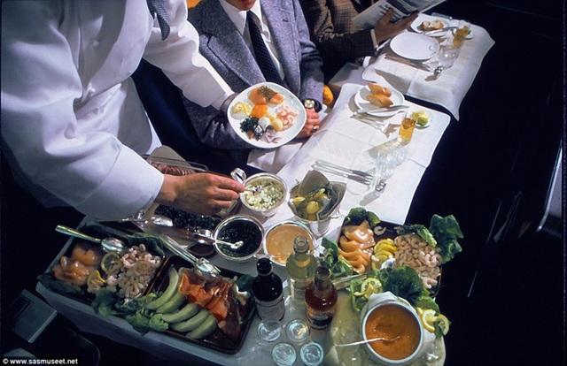 Một hình ảnh khác chụp năm 1980 cho thấy, thực đơn có hải sản tươi sống như tôm và cá hồi, trứng cá muối. Tất cả phục vụ trong đĩa sứ sang trọng như nhà hàng, khác hẳn phần ăn đựng trong hộp nhựa công nghiệp như ngày nay.