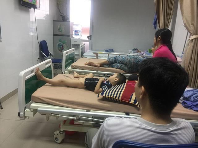 3 giường bệnh đều kín bệnh nhi mắc sùi mào gà đến từ Hưng Yên (Ảnh: Nhân Hà)