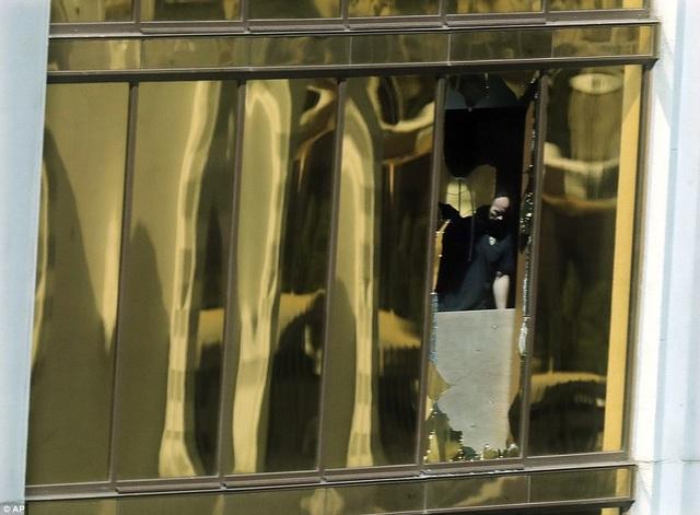 Nơi nghi phạm đứng để thực hiện vụ xả súng từ tầng 32. (Ảnh: AP)