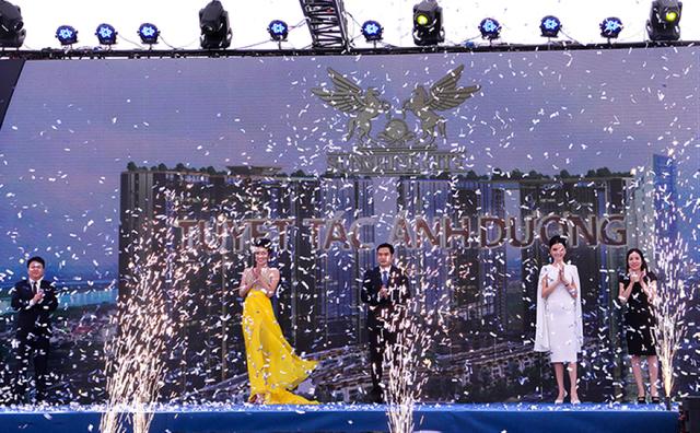 Đại diện chủ đầu tư và những người nổi tiếng thực hiện nghi thức chúc mừng lễ khai trương nhà mẫu Sunshine City