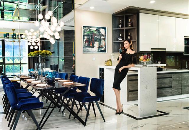 Hoa hậu Ngọc Duyên bày tỏ lời khen cho không gian ấm áp nhưng không kém phần tinh tế của căn hộ mẫu Sunshine City