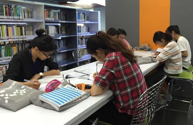 Sinh viên một trường ĐH tại TP.HCM đang học tại thư viện