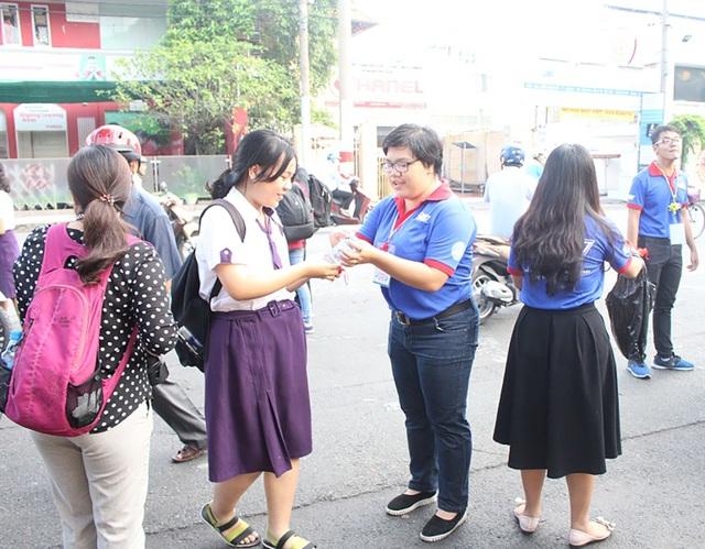 Nhận món quà trao tay, nhiều thí sinh bất ngờ và cảm thấy xúc động trước khi vào đợt thi quan trọng