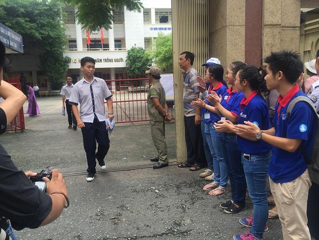 Đội ngũ sinh viên tình nguyện trực trước điểm thi trường THPT Bùi Thị Xuân vỗ tay chào đón những thí sinh hoàn thành môn thi đầu tiên
