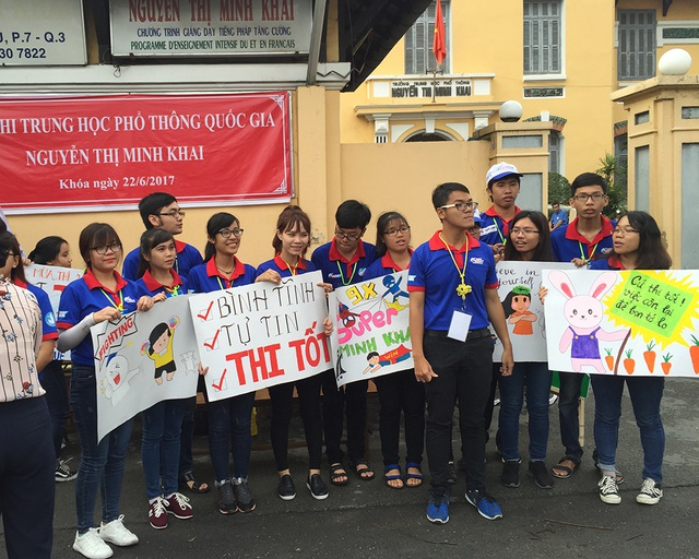 Khẩu hiệu của sinh viên tình nguyện của trường ĐH Sư phạm TPHCM động viên tinh thần thí sinh