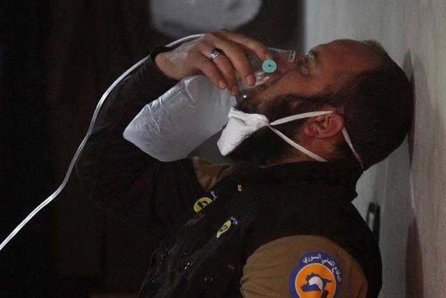 Một thành viên của lực lượng phòng vệ dân sự Syria thở bằng bình ô xy sau vụ tấn công được cho là bằng vũ khí hóa học tại thị trấn Khan Sheikhun (Ảnh: Reuters)