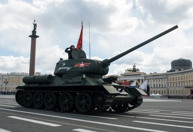 Một loại phải kể đến trong dàn xe tăng của Nga là xe tăng T-34-85. Mẫu này được ra mắt vào những năm 1940 với pháo 85mm. Tuy nhiên, ngày nay, T-34-85 chỉ còn thấy trong các viện bảo tàng của Nga, mặc dù một số ít được cho là vẫn được lực lượng ly khai ở Ukraine sử dụng. (Ảnh: Bộ Quốc phòng Nga)
