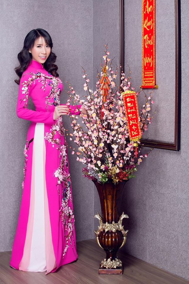 """Lê Ngọc Thanh """"e ấp"""" với áo dài hồng - 2"""