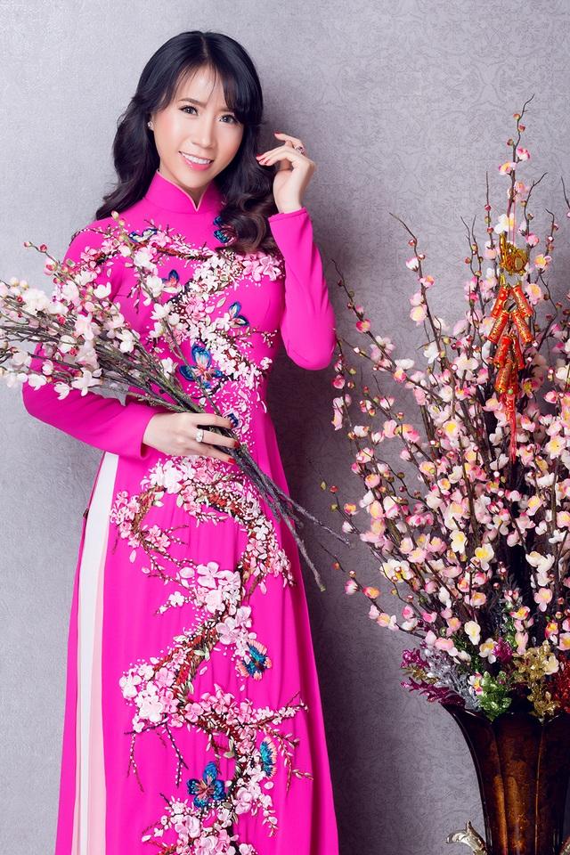 """Lê Ngọc Thanh """"e ấp"""" với áo dài hồng - 4"""