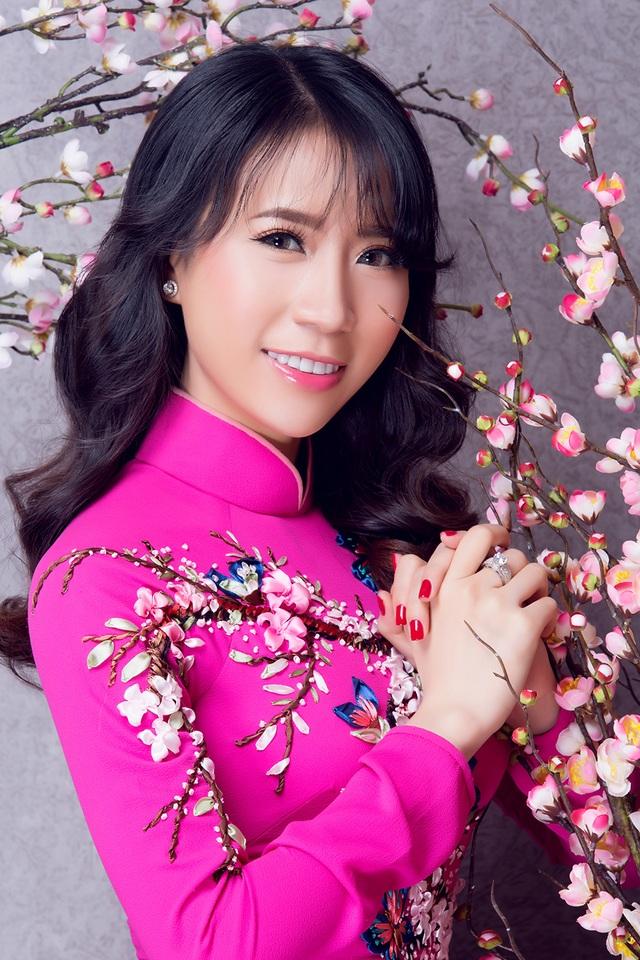 """Lê Ngọc Thanh """"e ấp"""" với áo dài hồng - 3"""