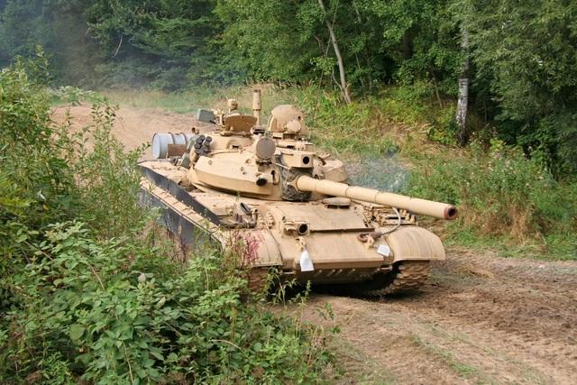 Được phát triển lần đầu tiên vào giữa những năm 1950, xe tăng T-55 có có thân ngắn, tháp pháo hình vòm, pháo 100mm và có thể đạt tốc độ tối đa 48-54km/h. Tất cả các mẫu T-55 đều có một bộ phận tìm kiếm ánh sáng hồng ngoại dành cho pháo thủ lắp bên phải pháo chính. Mặc dù T-55 không còn trong biên chế, song Nga vẫn còn khoảng 2.800 xe tăng loại này. (Ảnh: Bộ Quốc phòng Nga)