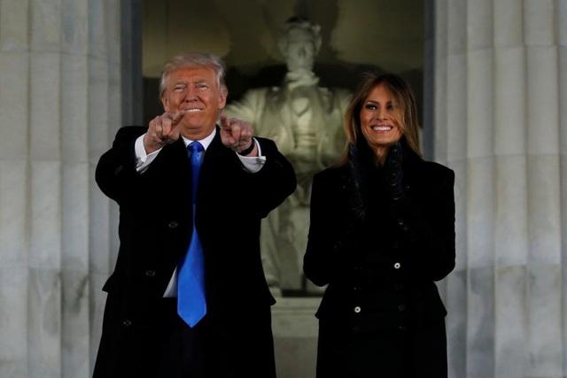 Tổng thống đắc cử Trump và phu nhân Melania tại buổi hòa nhạc diễn ra ở Đài tưởng niệm Lincoln hôm 19/1. (Ảnh: Reuters)