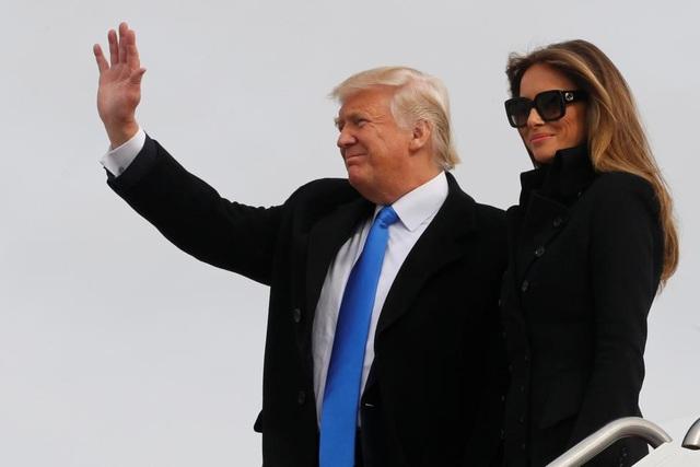 Tổng thống đắc cử Donald Trump và phu nhân Melania chào người ủng hộ sau khi chuyên cơ Air Force One chở gia đình ông từ New York đáp xuống căn cứ không quân Andrew ở Washington hôm 19/1. (Ảnh: Reuters)