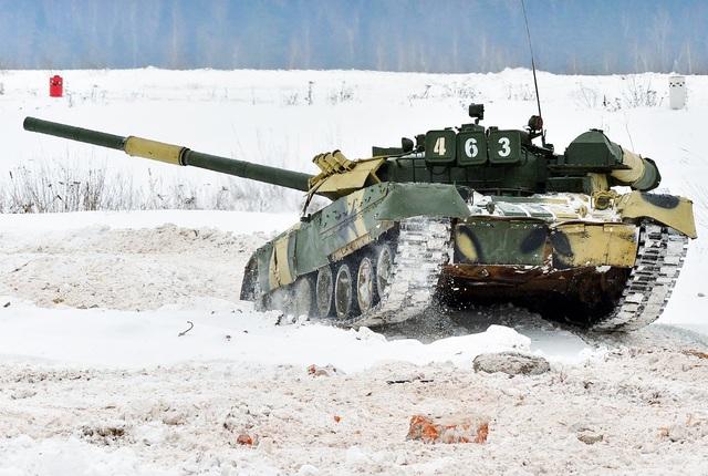 Xe tăng T-80U được đưa vào biên chế năm 1985, là biến thể của phiên bản xe tăng ra đời năm 1976. Xe tăng T-80U có một hệ thống tên lửa dẫn đường chống tăng 9M119 Refleks, và pháo 125mm. Hiện quân đội Nga có 450 xe tăng T-80U trong biên chế, trong khi 3.000 xe dự bị. (Ảnh: Shutterstock)