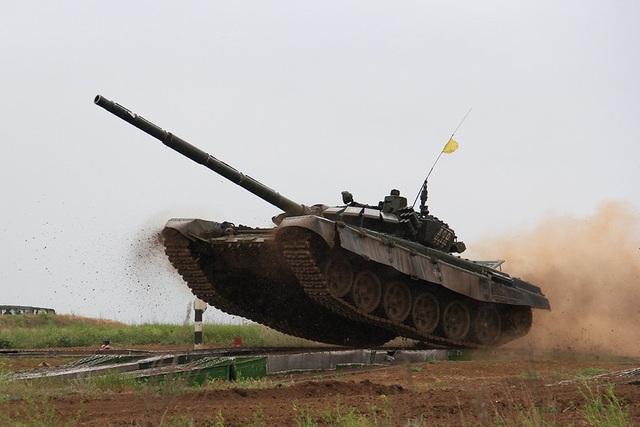 Được nâng cấp vào khoảng năm 2013, xe tăng T-72B3 là phiên bản tối tân nhất trong dòng xe tăng T-72. Xe tăng này cũng sở hữu hệ thống tên lửa dẫn đường chống tăng 9M119 Refleks. Tổng cộng Nga có khoảng 1.900 xe tăng T-72 trong biên chế, 7.000 xe dự bị. (Ảnh: Bộ Quốc phòng Nga)