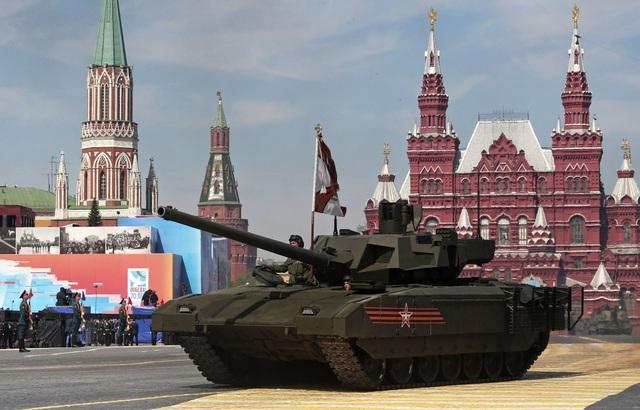 Xe tăng T-14 Armata sở hữu pháo siêu tốc 125mm có thể phóng tên lửa laser dẫn đường để tấn công mục tiêu ở cách xa khoảng 12km, tầm bắn này của hệ thống pháo lắp đặt cho xe tăng Abrams của Mỹ chỉ là xấp xỉ 4km.T-14 cũng có hệ thống tháp pháo điều khiển từ xa, cho phép tổ lái điều khiển từ một vị trí an toàn. Tuy chưa hoàn toàn là xe tăng không người lái, xong xe tăng này có thể được điều khiển từ một khoảng cách nhất định. Mặc dù có đặc tính vượt trội, song chi phí cao, nên Nga có thể sẽ không sản xuất hàng loạt loại xe tăng này. (Ảnh: Bộ Quốc phòng Nga)