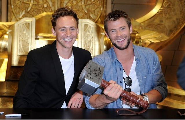 Hemsworth nói, anh coi Hiddleston là 1 người thân trong gia đình