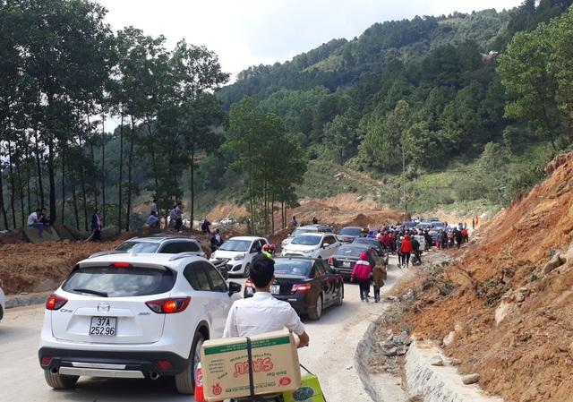 Trật tự giao thông dần được thiết lập trở lại sau 4 tiếng tắc nghẽn.