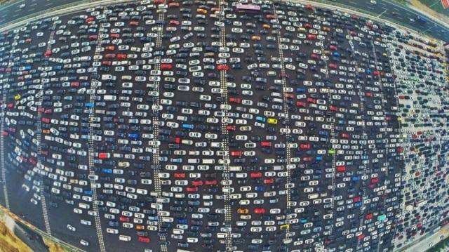 Đây là cảnh tượng ác tắc giao thông với hơn chục làn xe xếp hàng chờ qua trạm thu phí trên đường cao tốc hướng về cửa ngõ ở Bắc Kinh sau một kỳ nghỉ lễ dài ngày. Nhìn từ trên cao, xe ô tô như mô hình đồ chơi xếp nối đuôi nhau. Được biết, Bắc Kinh cũng là một trong số những thành phố gặp phải tình trạng ùn tắc nhất thế giới.