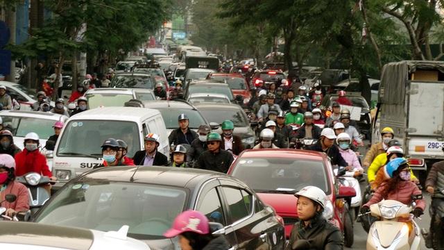 Dòng phương tiện nối dài, chật cứng trên phố Ngọc Khánh.