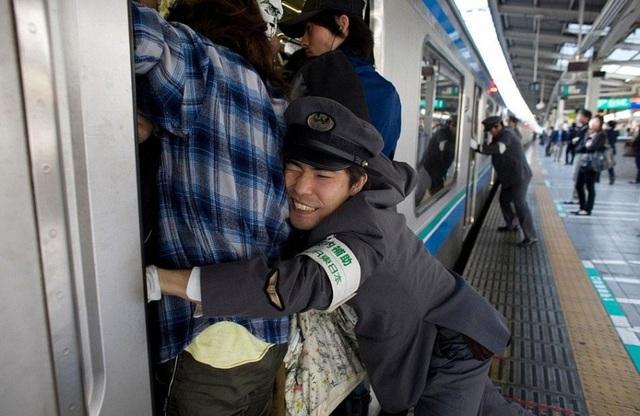 Đô thị có hệ thống giao thông phát triển như Tokyo, Nhật Bản, cũng không trách khỏi việc ách tắc. Thậm chí tại các trạm ga điện ngầm ở đây còn có người chuyên làm nhiệm vụ nhồi hành khách lên tàu.