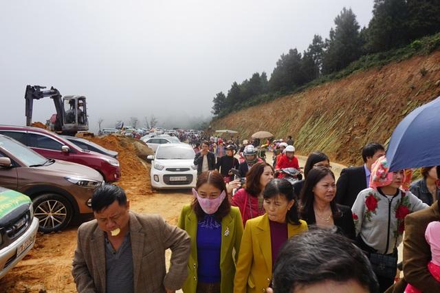 Ngay từ sáng sớm, dòng người và phương tiện đã ùn ùn đến chùa Đại Tuệ.