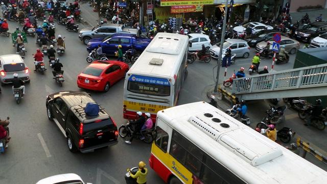 Những chiếc xe buýt cồng kềnh dạt dòng phương tiện để rẽ vào phố Ngọc Khánh.