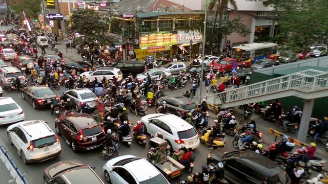 Xung đột giao thông luôn xảy ra tại ngã ba Giảng Võ - Ngọc Khánh.