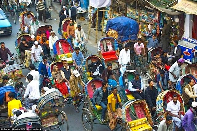 Trong khi đó, thành phố Dhaka ở Bangladesh lại tắc nghẽn với những chiếc xe xích lô đi lại lộn xộn không theo đường lối.