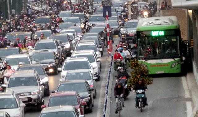 Nhiều xe máy liều mình lách lên, vượt xe buýt nhanh khi xe vào bến đón - trả khách.