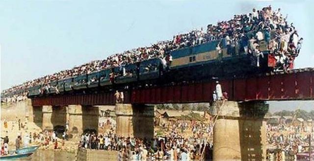 Khó tin được đây là hình ảnh một con tàu chật kín người tại Bangladesh. Những khoang ghế đã kín chỗ, thậm chí nhiều người chấp nhận việc ngồi trên mái hay nóc tàu, thách thức mọi nguy hiểm để tìm mọi cách di chuyển trên chuyến tàu chật chội.