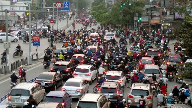 Lượng phương tiện đổ dồn về ngã tư Láng Hạ - Giảng Võ ngày càng đông, áp lực giao thông tăng cao khiến lực lương CSGT rất vất vả để phân luồng, chống ùn tắc.