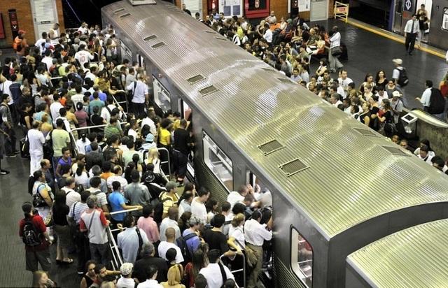 Hành khách chen nhau lên và xuống tại một trạm ga tàu điện ngầm ở Sau Paulo, Brazil.