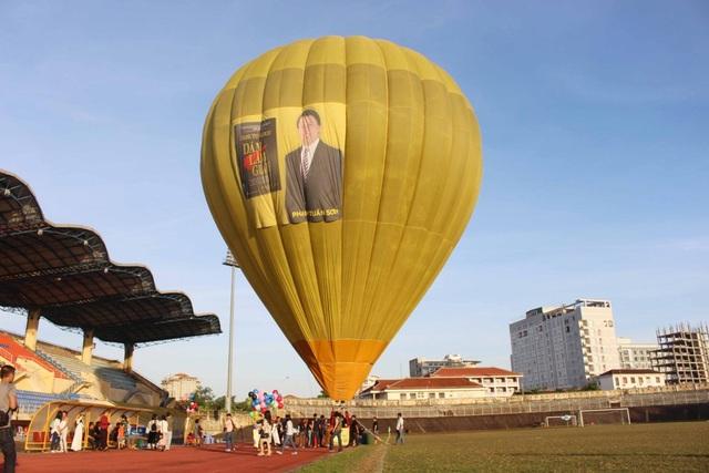 Buổi ra mắt sách bằng khinh khí cầu của tác giả Phạm Tuấn Sơn