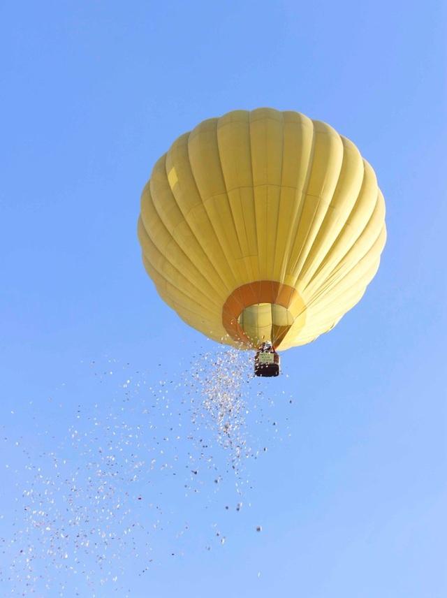 """Màn """"mưa tài lộc"""" từ trên khinh khí cầu"""