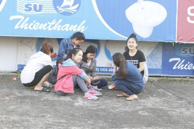 Nhiều bạn trẻ vui vẻ khi nhặt được tiền tung xuống từ khinh khí cầu ở buổi ra mắt sách của tác giả Phạm Tuấn Sơn