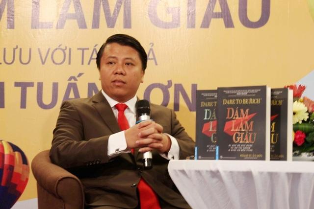 Tác giả Phạm Tuấn Sơn xin lỗi về việc rải tiền gây phản cảm