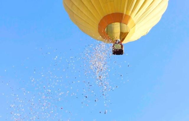 Hình ảnh rải tiền từ khinh khí cầu cho buổi ra mắt sách đã gây ra không ít phản cảm
