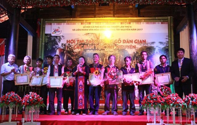 Ban tổ chức tặng trao giải cho các nghệ nhân xuất sắc