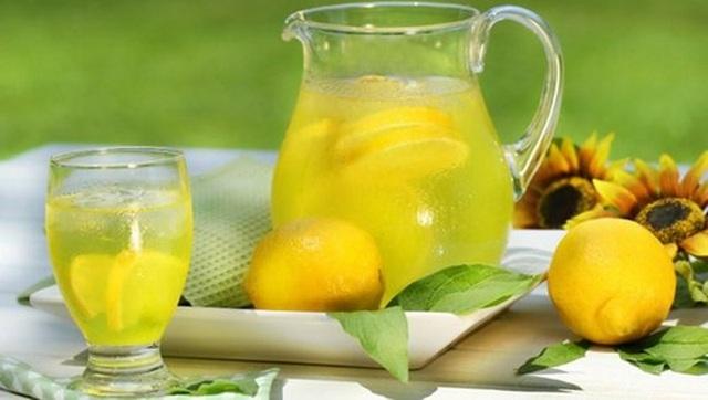 Uống nước chanh khi say giúp quá trình bài tiết diễn ra nhanh hơn.