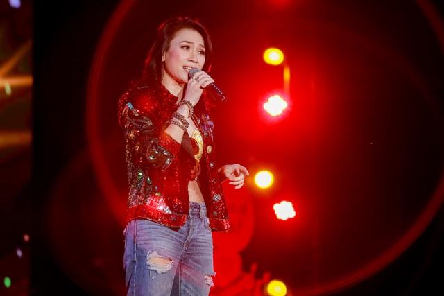 Xuất hiện trên sân khấu ngoài trời, Mỹ Tâm diện trang phục trong phong cách trẻ trung với quần jeans, áo croptop khéo léo khoe eo thon được kết hợp áo khoác lấp lánh.