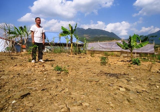 Ông Phạm Bá Lâm, 55 tuổi, khu Pom Chốn trao đổi về việc chia phần đất xấu, toàn đất đá khó có thể trồng trọt cho người dân