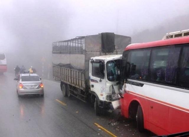 Xe tải và xe khách tông nhau khiến hàng chục sinh viên hoảng hồn.